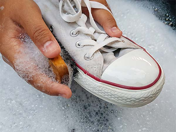 get stains out of white shoes