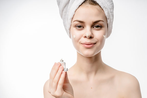 women-applying-shea-butter-on-face-for-acne