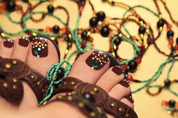 golden beaded toenails