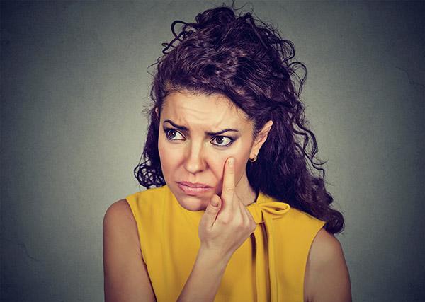 symptoms of swollen eyelid